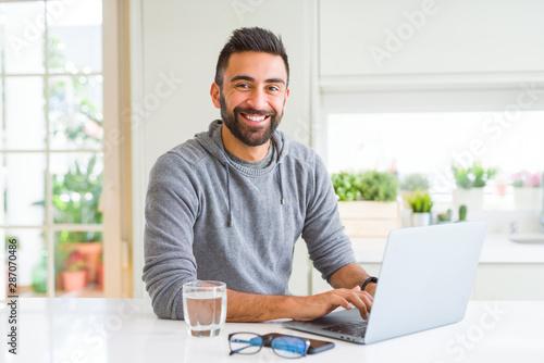 Fotomural  Man smiling working using computer laptop