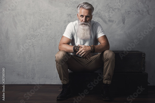Fotomural  Handsome bearded senior man posing in studio