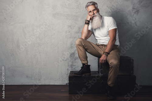 Pinturas sobre lienzo  Handsome bearded senior man posing in studio