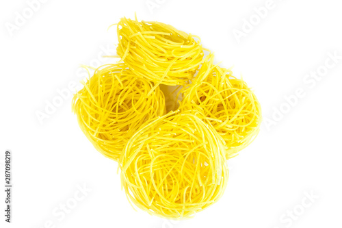 Fotografía Raw yellow italian vermicelli isolated on white background