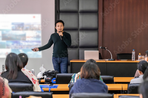 Fotografia Asian Speaker or lecture with casual suit on the stage presenting via projector