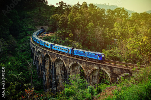 Foto The Nine Arches Bridge is one of the most iconic bridges and beautiful sights of Sri Lanka