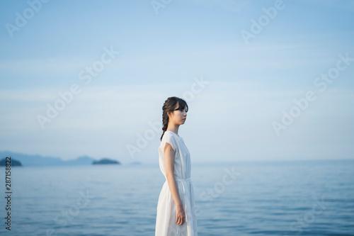 夕暮れの海の女性 - fototapety na wymiar