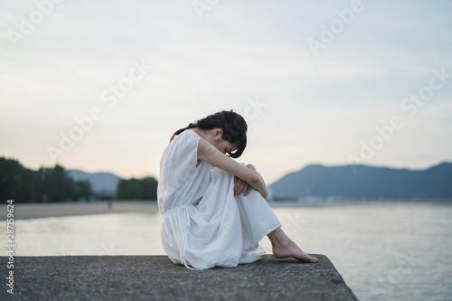 Obraz na plátně 夕暮れの海の女性