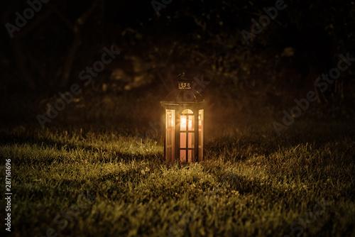 Obraz latarnia świecąca w ciemności - fototapety do salonu