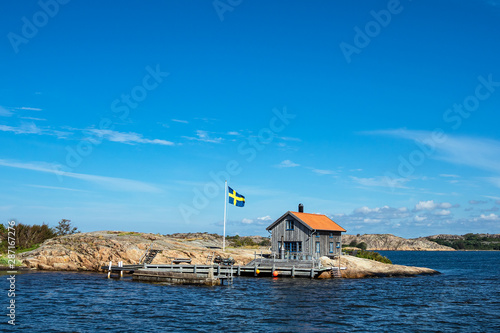 Holzhütte und Fahne auf der Insel Valön vor der Stadt Fjällbacka in Schweden