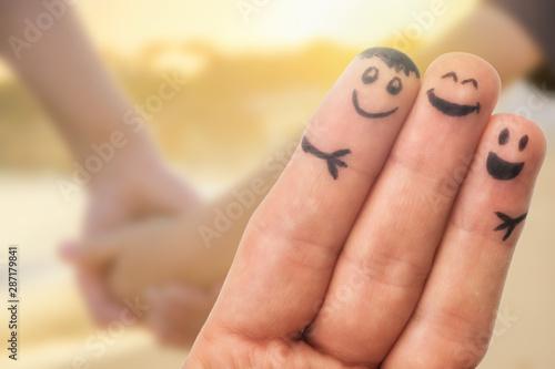 Valokuvatapetti Verbundenheit in der Familie dargestellt mit Fingermännchen und einfühlsamen Hin