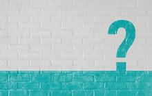 白いレンガ壁に描かれたクエスチョンマーク