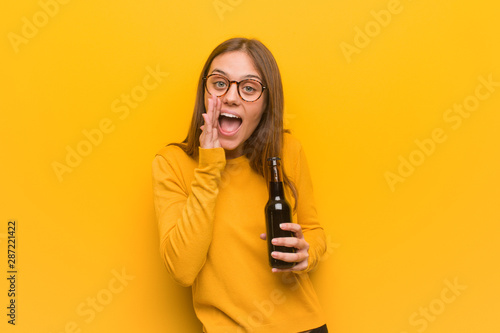 Valokuva Young pretty caucasian woman shouting something happy to the front