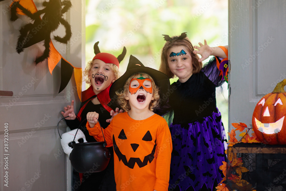 Fototapety, obrazy: Kids trick or treat. Halloween. Child at door.