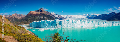 Fotomural  Panoramic view of the gigantic Perito Moreno glacier, its tongue and lagoon in P
