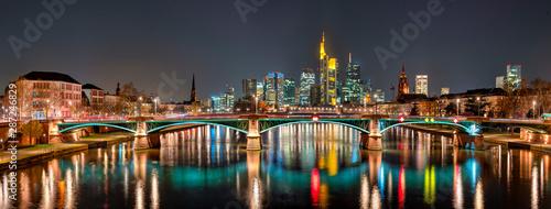 Fotomural Die Skyline von Frankfurt am Main bei Nacht