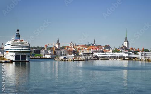 Türaufkleber Schiff Port of Tallinn and old town in Estonia.