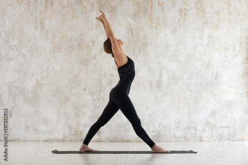 Poster Ecole de Yoga Beautiful young woman practicing yoga, stretching in yoga studio
