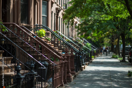 Photo Scenic view of a classic Brooklyn brownstone block with a summer greenery along