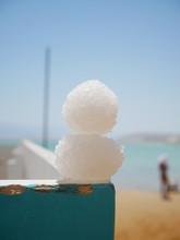死海の海底から採取した塩のかたまりで作った雪だるま