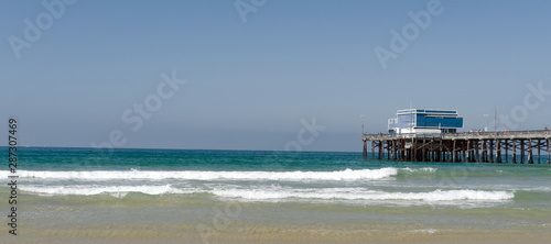 Lazy surf ate Newport Beach with Pier at horizon line Canvas-taulu