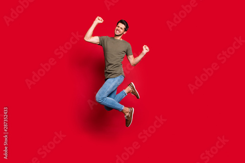 Fotomural Full length photo of amazing guy jumping high ecstatic win wear casual outfit is