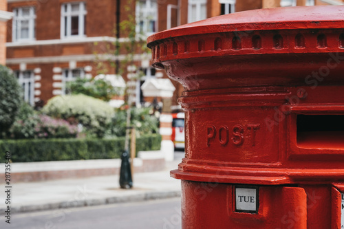Foto op Canvas Londen rode bus Red post box on a street in London, UK.