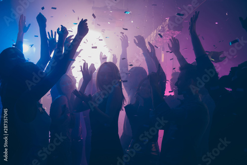 Poster Akt Close up photo of many party people dancing purple lights confetti flying everywhere nightclub event hands raised up wear shiny clothes