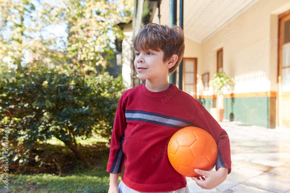 Fototapeta Junge freut sich auf ein Fußballspiel