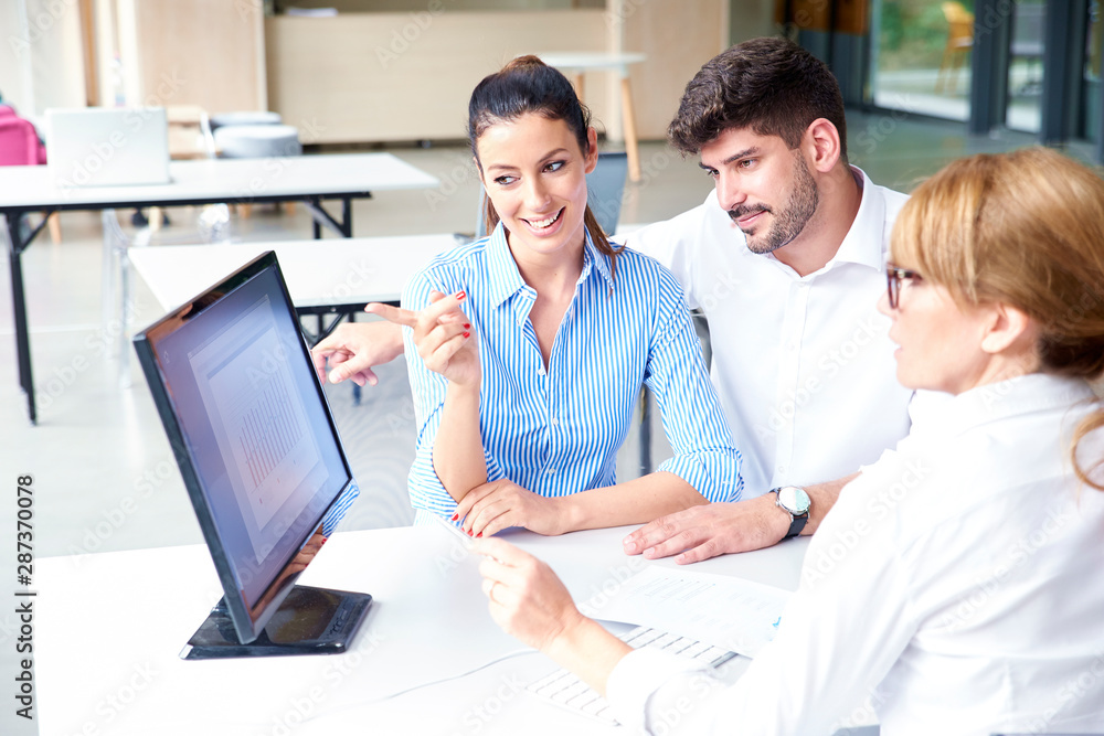 Fototapety, obrazy: Insurance agent businesswoman consulting with young couple in the office