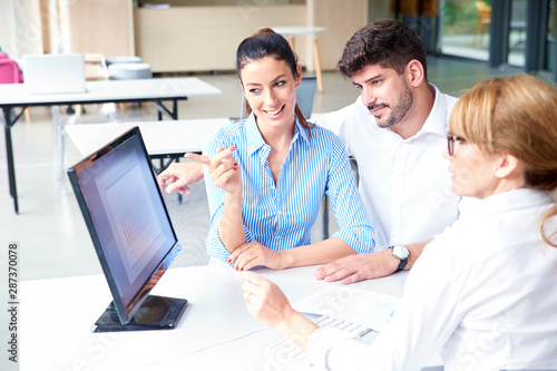Cuadros en Lienzo  Insurance agent businesswoman consulting with young couple in the office