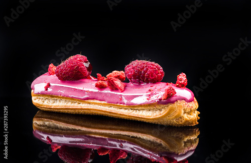 Photo French Artisan Eclair on Black Reflective Background,Copy Space