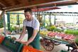 canvas print picture - biohof mit Hofladen - Verkauf und Handel von frischem Bio Obst und Gemüse beim Erzeuger - Mann verkauft // biohof with farm shop - sale and trade of fresh organic fruit and vegetables at the grower