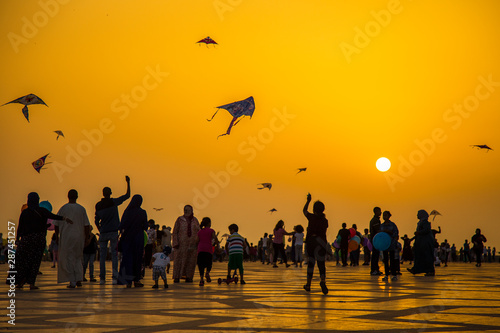 Foto Playing with kites in Hassan II Mosque of Casablanca. Morocco