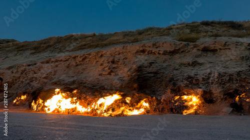 Cuadros en Lienzo Powerful blaze of burning natural gas surface, Yanar Dag, Azarbaijan