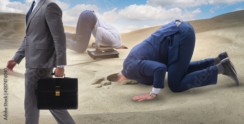Photo Businessman hiding his head in sand escaping from problems