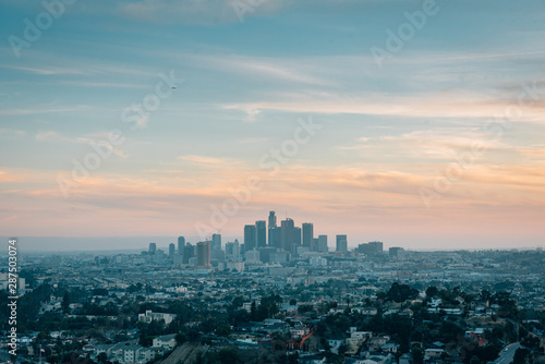 Photo Sunset view of the downtown Los Angeles skyline from Ascot Hills Park, in Los An