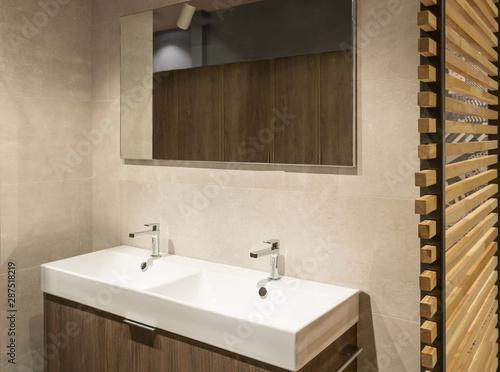 Fototapeta Salle de bain moderne de style scandinave hygge avec un meuble  en bois double vasque un grand miroir et un store de séparation en bois  pour ...