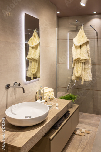Salle de bain moderne type scandinave dans les tons neutres avec douche italienn Fototapeta