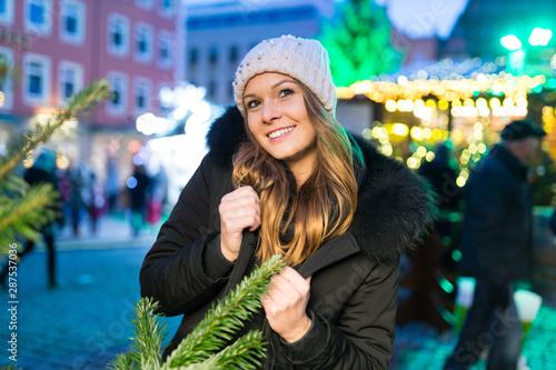 Junge Frau auf dem Weihnachtsmarkt Wallpaper Mural