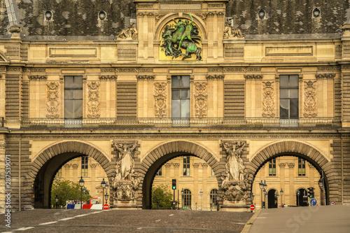 View of le Louvre's entrance in Paris, France Fototapet