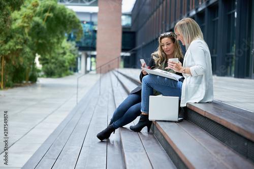 Leinwand Poster Arbeitskolleginnen beim Pausenkaffee in der Kaffeepause oder Mittagspause, bei e