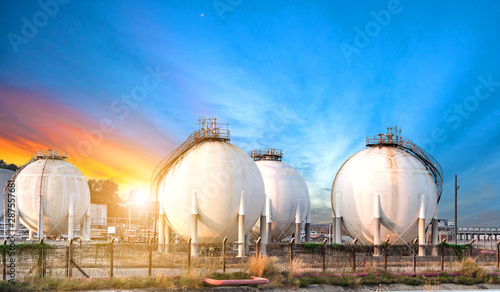 Photo  Oil and gas refinery storage tank at sunset,Industrial petrochemical plant
