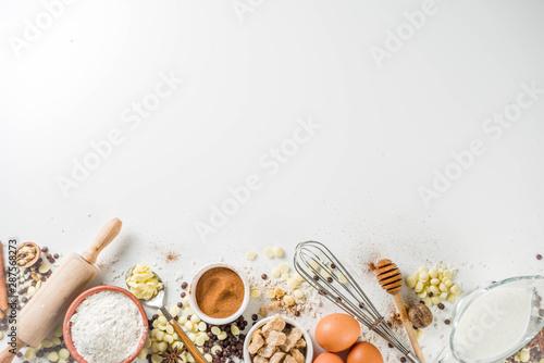 Fotografía  Ingredients for autumn winter festive baking - flour, brown sugar, eggs, chocolate drops, butter, cinnamon on stone or concrete background