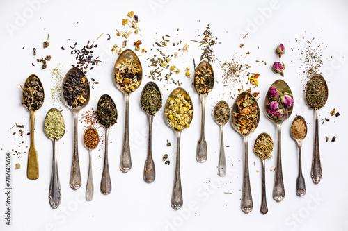 Fotografia Assortment of dry tea in vintage spoons