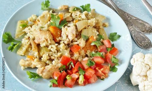 Fotografía  chicken pilaf and cauliflower rice