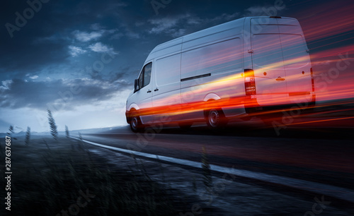 Fotografie, Obraz  Lieferwagen fährt schnell bei Dämmerung