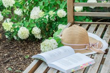 Relaks z książką w ogrodzie