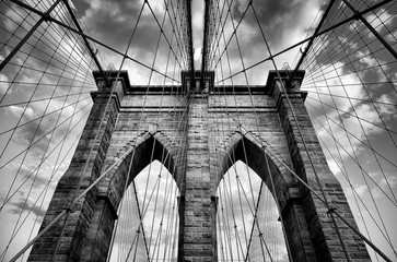 Panel Szklany Nowy York Scenic view of the architectural details of the Brooklyn Bridge in New York City in dramatic black and white monochrome under moody overcast skies