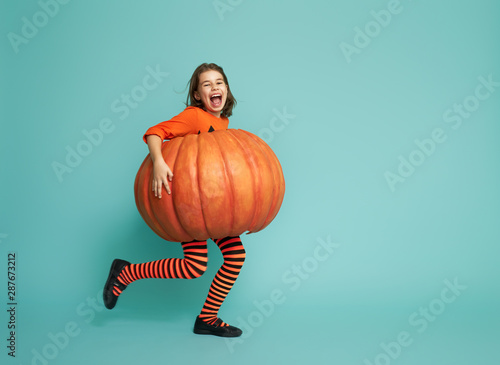 Ingelijste posters Eigen foto little girl in pumpkin costume
