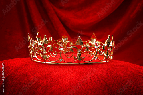 Photo Royalty, monarch coronation or leadership conceptual idea with king gold crown w