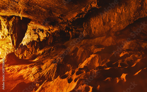 Foto auf Leinwand Violett rot Inside stone cave of hell