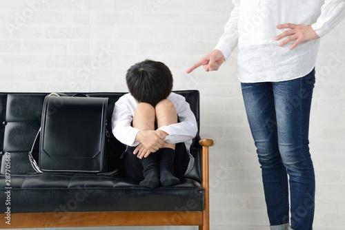 Obraz na plátně  子どもを叱る母親