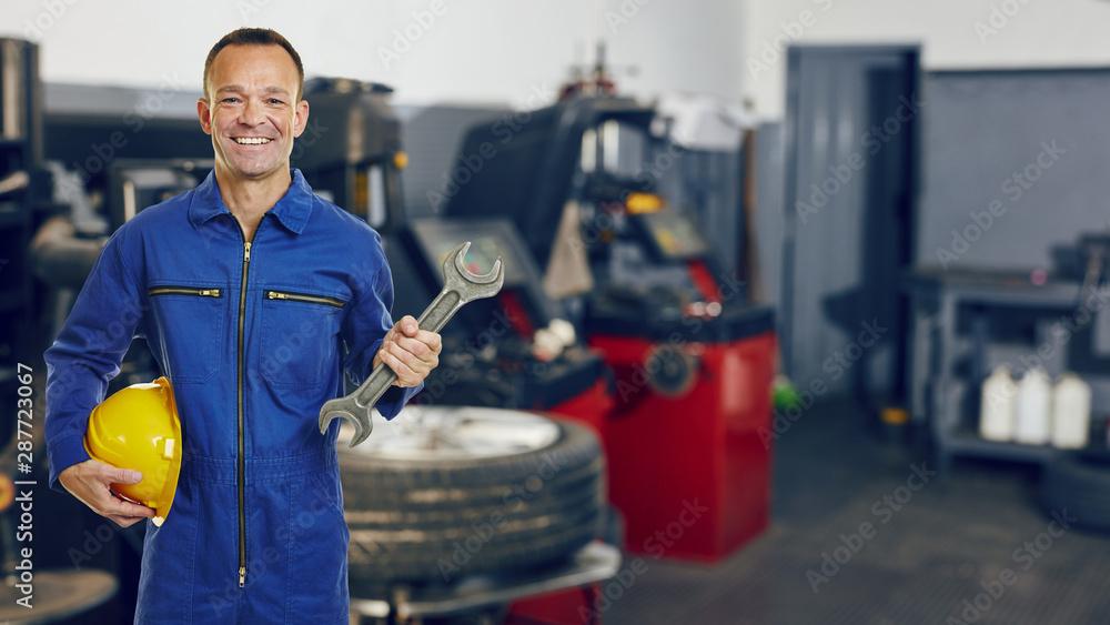 Fototapety, obrazy: KFZ-Mechatroniker in Autowerkstatt